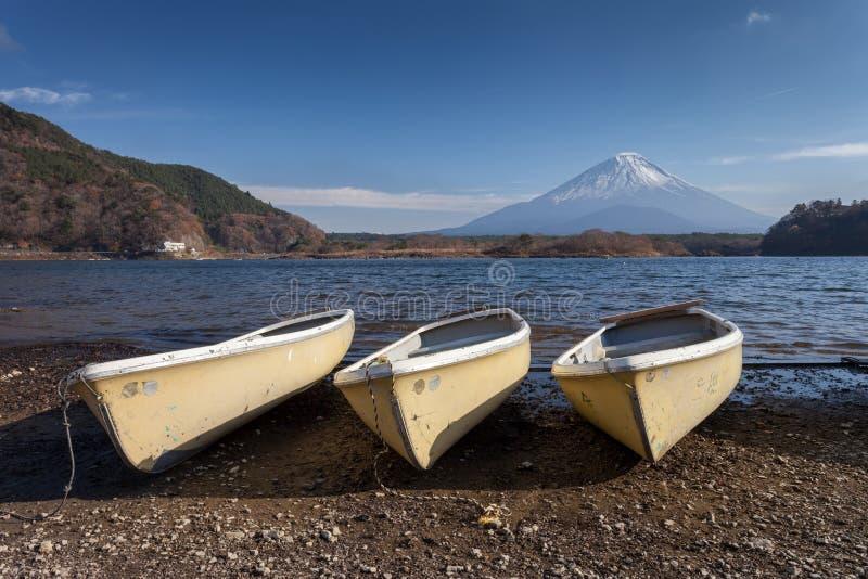 Fuji berg på sjön Saiko royaltyfria bilder