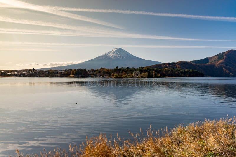 Fuji berg som reflekterar dess skugga i kawaguchikosjön royaltyfri foto