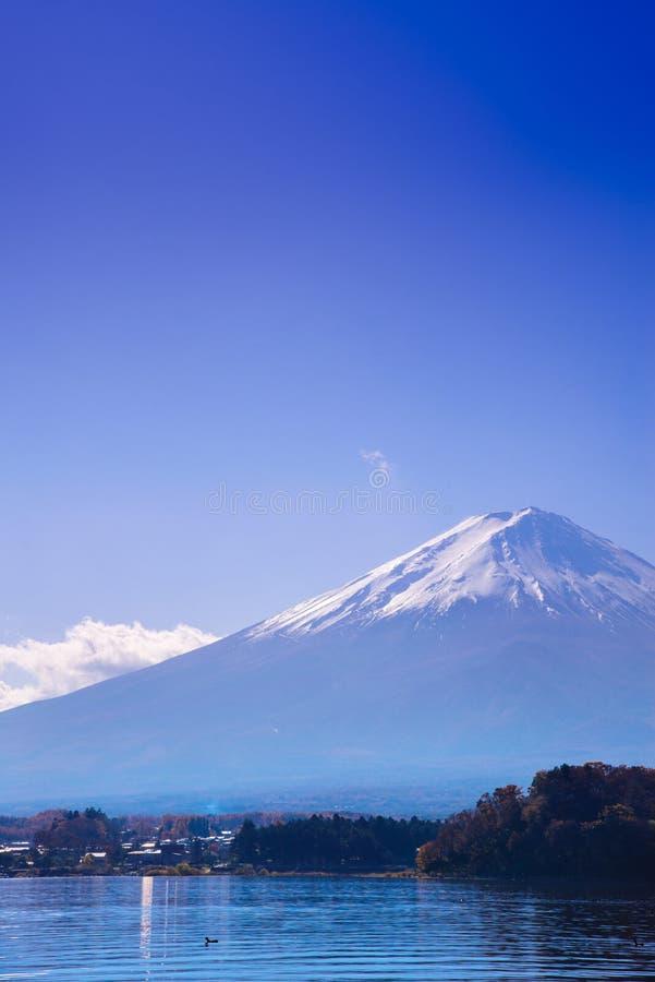 fuji bergsikt från sjökawaguchikoen på backgro för blå himmel royaltyfri foto
