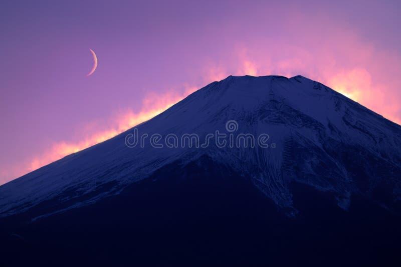 Fuji con la luna foto de archivo