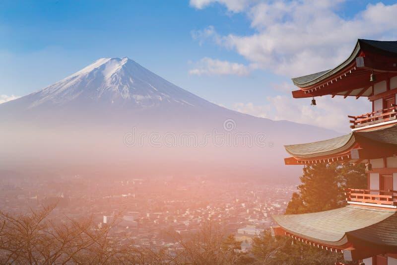 Fuji-Gebirgsvogelperspektive mit dem Wohnsitz im Stadtzentrum gelegen stockbilder