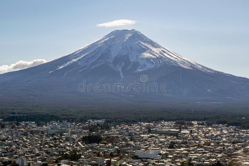 Fuji und das nahe gelegene Dorf lizenzfreie stockbilder