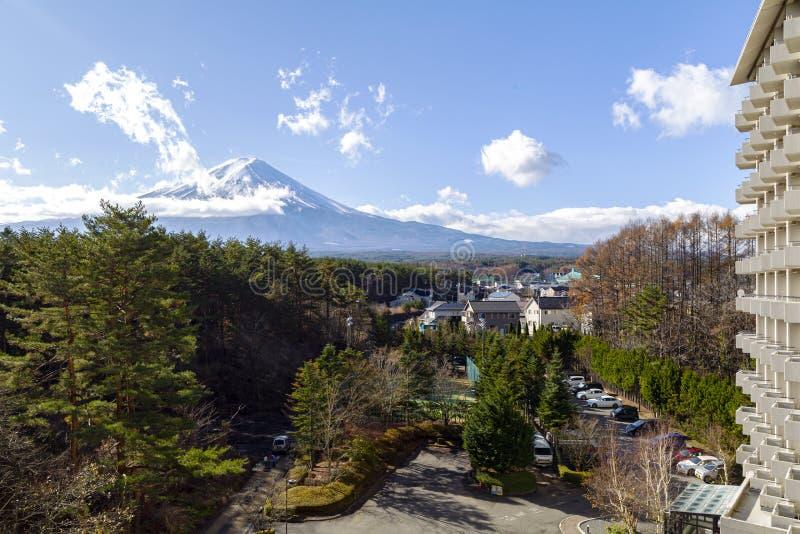 Fuji und das nahe gelegene Dorf stockbild