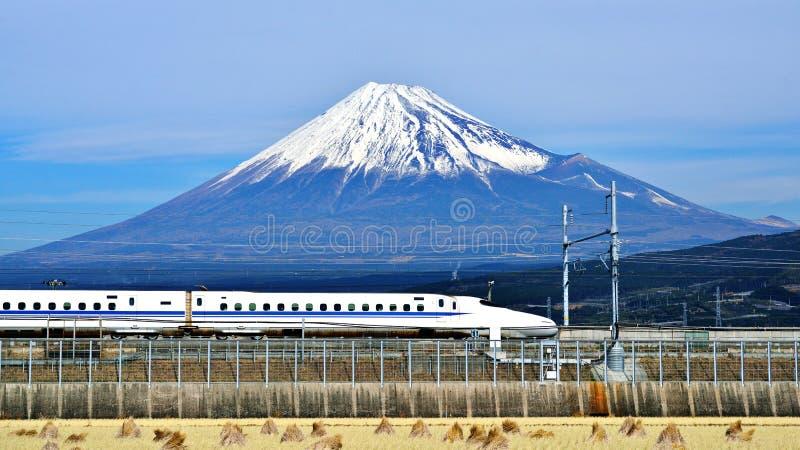 Fuji und Zug lizenzfreie stockfotos