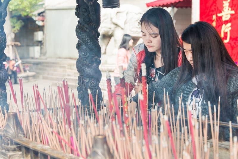 FUJIAN, CHINE - 7 janvier 2016 : Bâtons d'encens chez Putuo du sud Templ photo stock