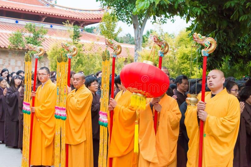 FUJIAN CHINY, Dec, - 26 2015: Mnisi buddyjscy w ceremonii na Cheng fotografia stock