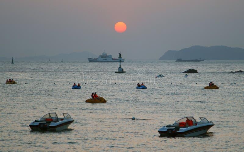 FUJIAN-PROVINZ, CHINA - Sonnenuntergang in der Bucht von Gulangyu-Insel lizenzfreie stockfotografie