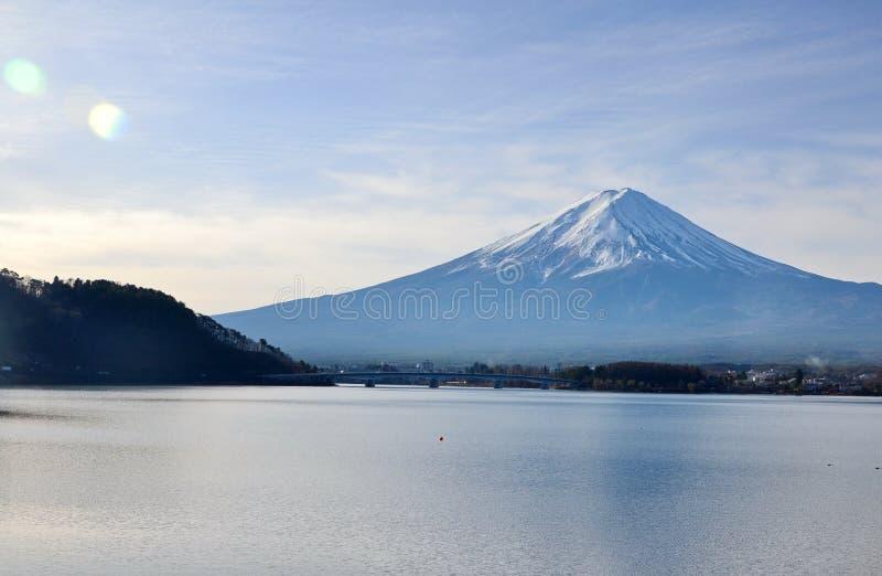 Fujiberg, de grootste symmetrische berg en Lake Kawa stock afbeeldingen
