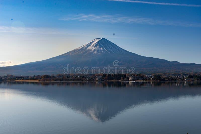 Fujiberg die op zijn schaduw in kawaguchikomeer wijzen in het ochtendlicht stock foto's