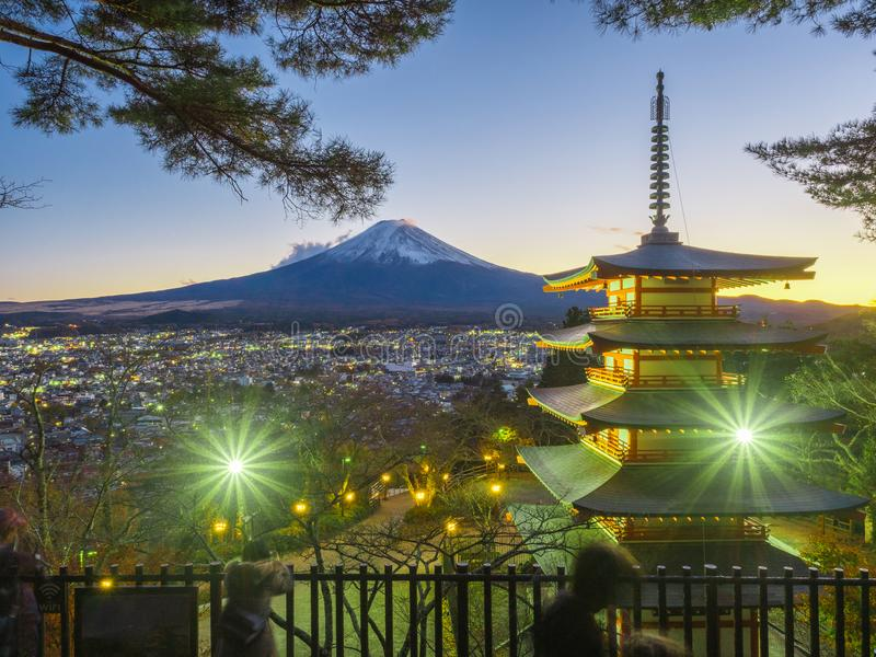 Fujiberg met rode pagode in voorgrond stock foto