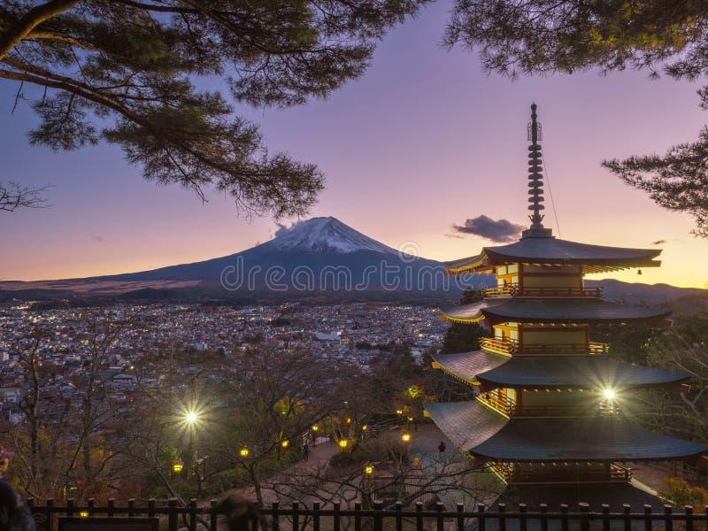 Fujiberg met rode pagode in voorgrond stock afbeelding