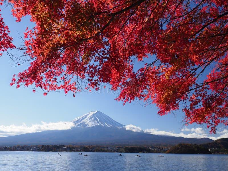 Fujiberg met rood esdoornblad en toerisme op boot in het meer royalty-vrije stock afbeeldingen