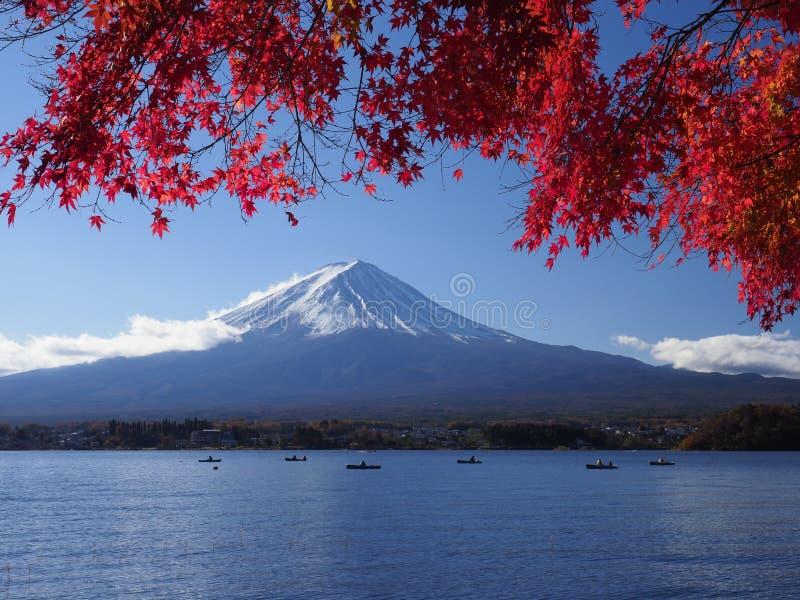 Fujiberg met rood esdoornblad en toerisme op boot in het meer stock foto