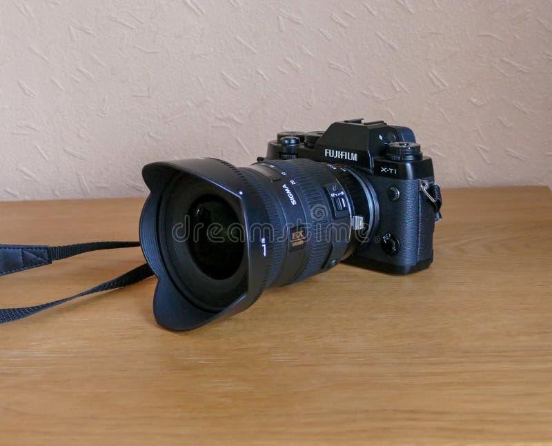 Fujifilm X-T1 med anpassad den breda vinkellinsen för Sigma 10-20 arkivfoton