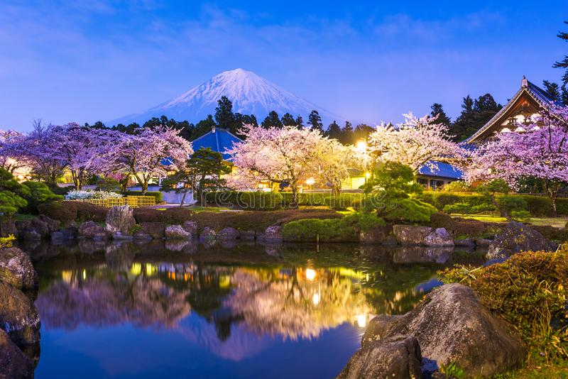 Fujinomiya, Shizuoka, Japão com Monte Mt Fuji e templos na primavera fotos de stock royalty free