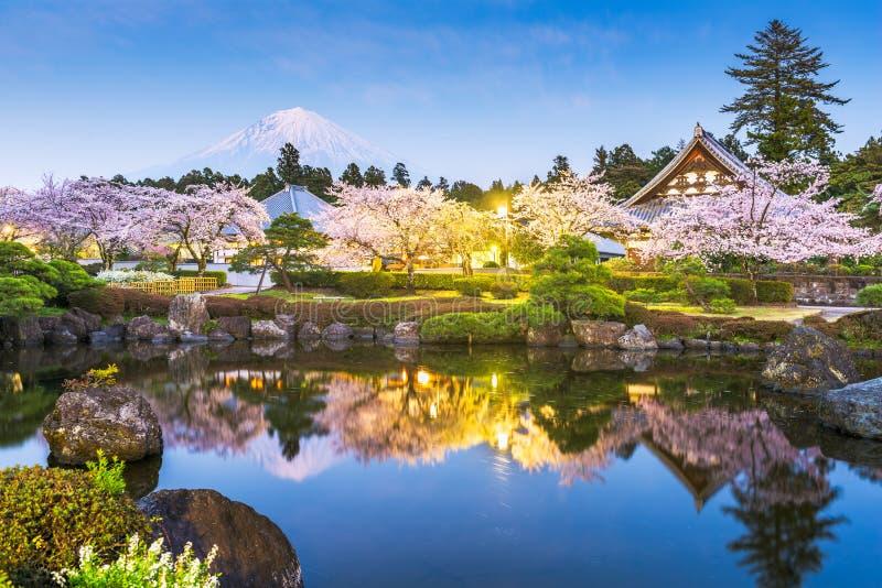 Fujinomiya, Shizuoka, Japon : le Mont Fuji et temples au printemps photos libres de droits