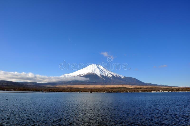 Fujisan e lago Kawaguchiko con il chiaro giorno del cielo fotografie stock libere da diritti