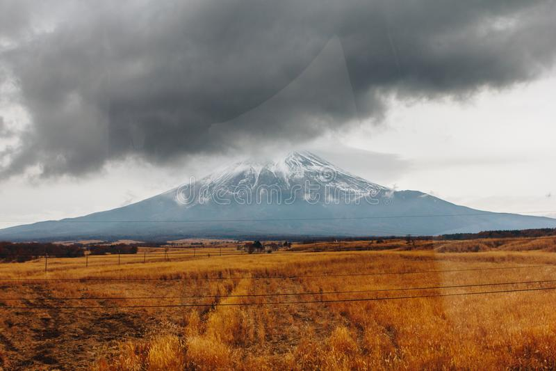 Fujisan, góra Fuji jest wysokim górą w Japonia z jesienią obraz royalty free