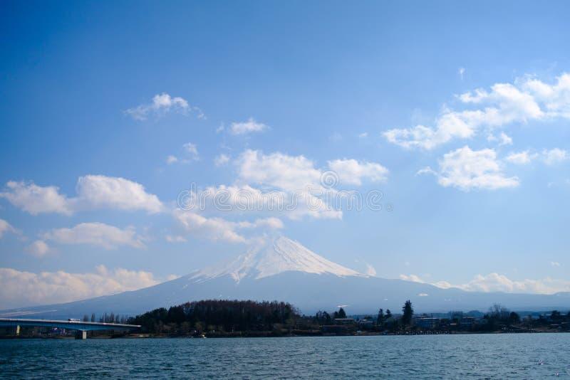 Fujisan pod chmurnego nieba widokiem od jeziornego Kawaguchi obrazy royalty free