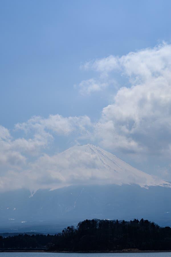 Fujisan pod chmurnego nieba widokiem od jeziornego Kawaguchi zdjęcia stock