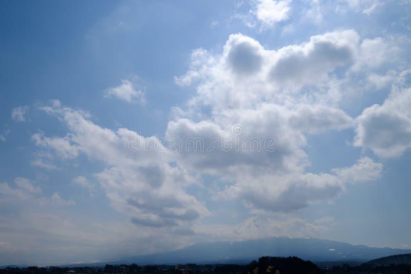 Fujisan sob a opinião de céu nebuloso do lago Kawaguchi fotos de stock royalty free