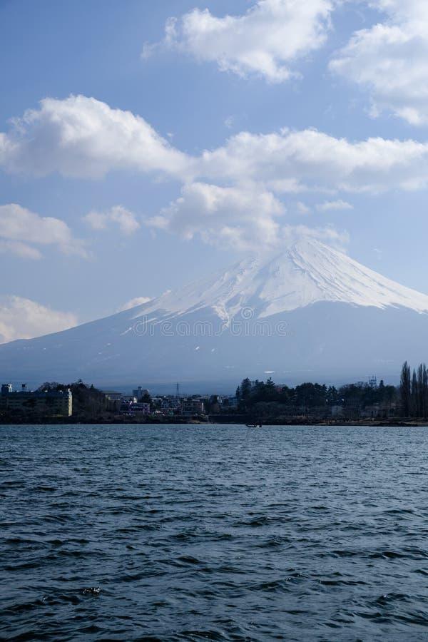 Fujisan sob a opinião de céu nebuloso do lago Kawaguchi fotografia de stock