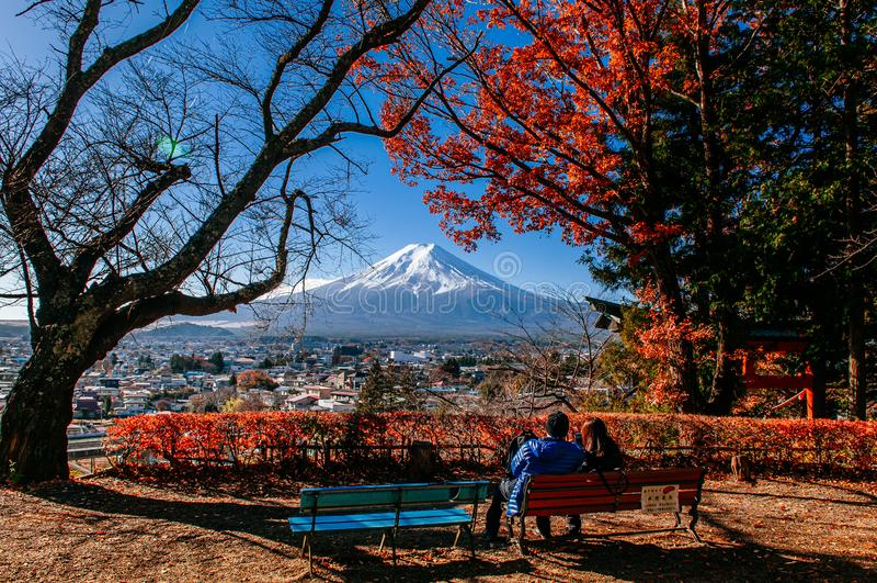Fujisan- und Rotahornbaum mit süßen Paaren an Park Chureito-Pagode Arakurayama Sengen - Fujiyoshida lizenzfreies stockbild