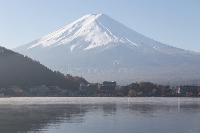 Fujiyamaberg in de herfst seanson stock afbeeldingen
