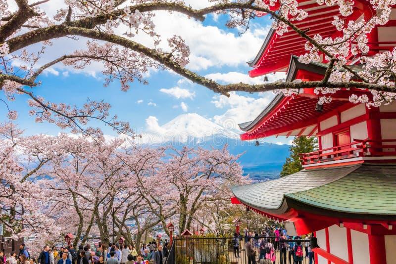 Fujiyoshida, Japón - 22 de abril: Muchedumbre que goza flor de cerezo sa imagen de archivo libre de regalías