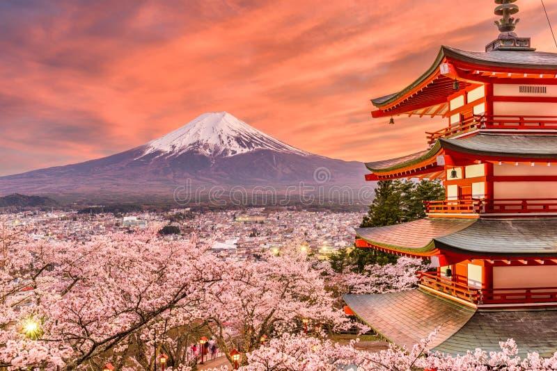 Fujiyoshida, paesaggio della primavera del Giappone fotografia stock
