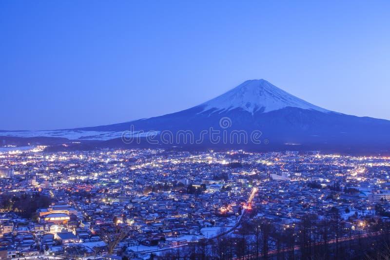 Fujiyoshida-Stadt in der Nacht mit dem Fujisan stockfotos