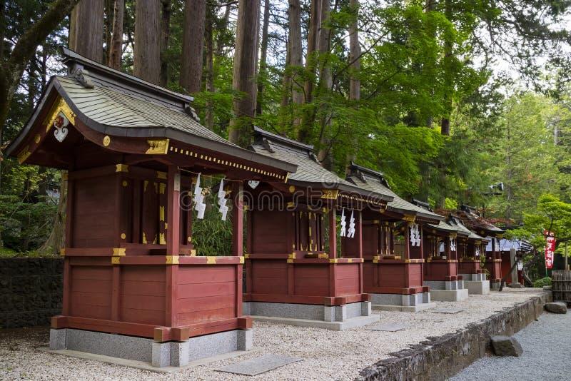 Fujiyoshida-Stadt, Japan - 13. Juni 2017: Reihe des kleinen roten shrin lizenzfreie stockbilder