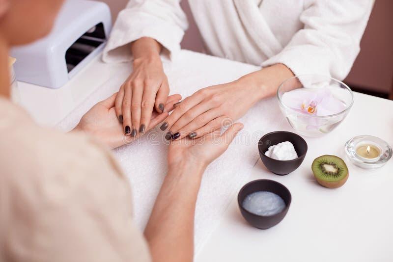 Fukta tillvägagångssättet för hud på skönhetsalongen royaltyfri fotografi
