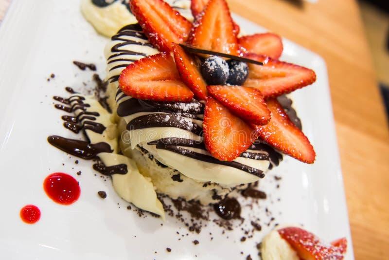 Fuktig kaka för jordgubbechoklad arkivfoto