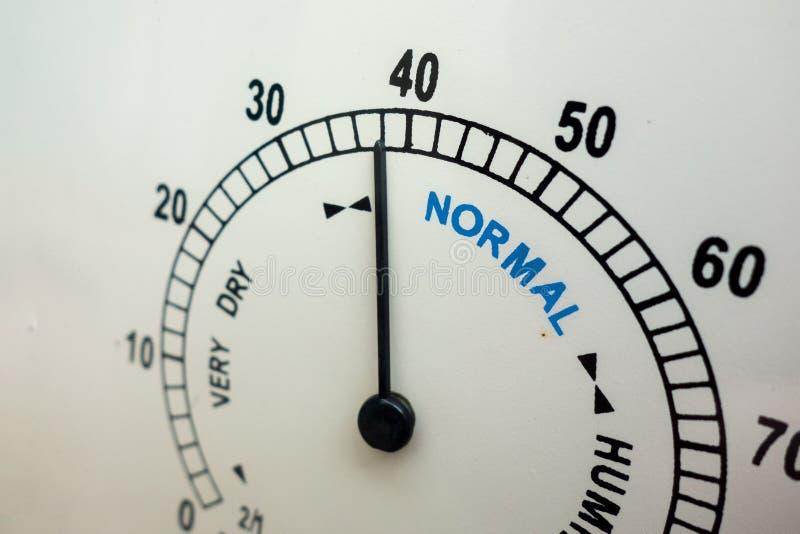 Fuktighets- och för vädervillkor begrepp Framsida av det parallella instrumentet för fuktighetsindikator med visaren Normalt områ royaltyfri bild
