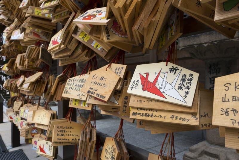 Fukuoka - il Giappone, ottobre 19,2018: AME, piccole placche di legno con i desideri e preghiere al santuario di jinja di Kushida fotografie stock libere da diritti