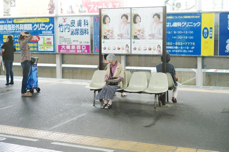 Fukuoka, Japão: 30 de agosto de 2016 - retrato de cursos da mulher mais idosa apenas pelo trem imagem de stock