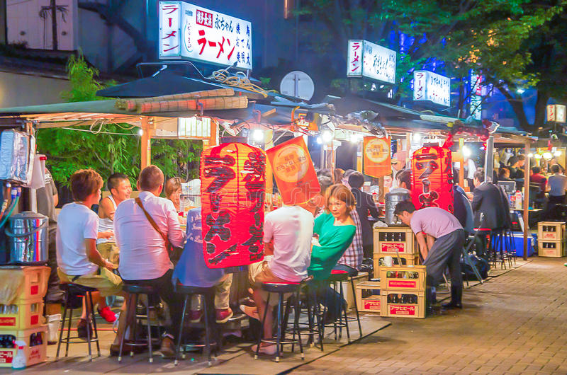 Fukuoka, Japão - 29 de junho de 2014: tendas famosas do alimento de fukuoka (yatai) situadas ao longo do rio na ilha de Nakasu foto de stock