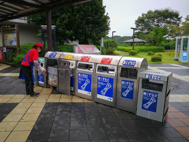 Fukuoka, Japão 11 DE SETEMBRO DE 2018: Escaninhos de lixo na rua da cidade, F fotografia de stock royalty free