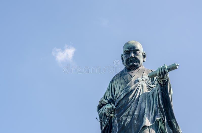 FUKUOKA, JAPAN - 6. NOVEMBER: Die Bronzestatue von Nichiren Shoni lizenzfreie stockfotografie