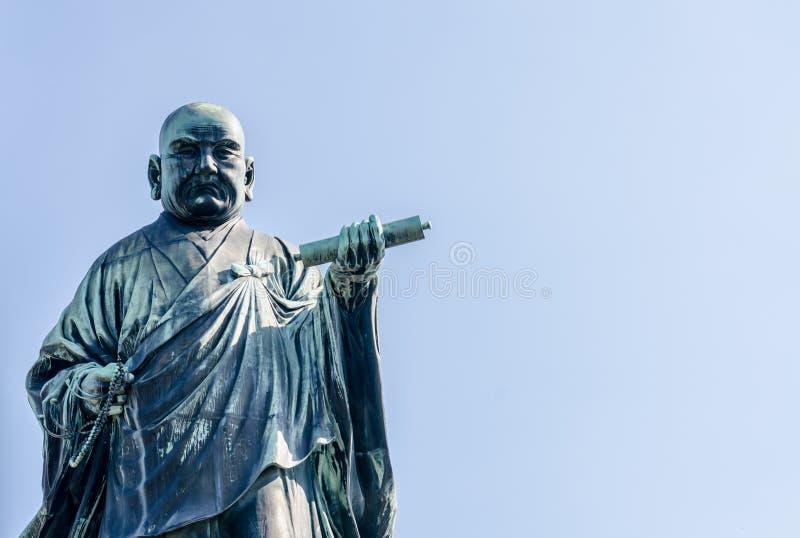 FUKUOKA, JAPAN - 6. NOVEMBER: Die Bronzestatue von Nichiren Shonin lizenzfreie stockfotos