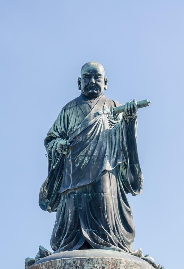 FUKUOKA, JAPAN - 6. NOVEMBER: Die Bronzestatue von Nichiren Shonin lizenzfreies stockbild