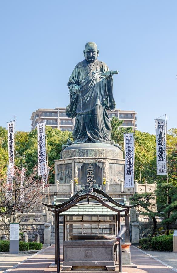 FUKUOKA, JAPAN - 6. NOVEMBER: Die Bronzestatue von Nichiren Shonin lizenzfreies stockfoto