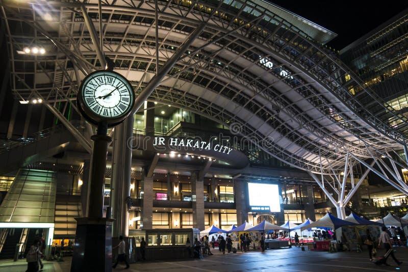 FUKUOKA, JAPON - 13 septembre 2017 : Station de Hakata illuminée la nuit photographie stock libre de droits