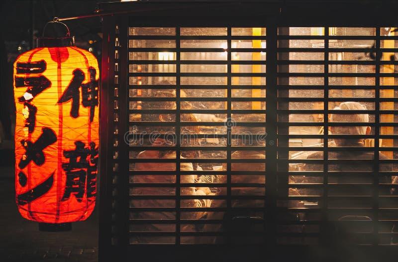 FUKUOKA JAPONIA, MAR, - 3, 2012: Yatai Fukuoka na wolnym powietrzu jedzenia kram fotografia stock