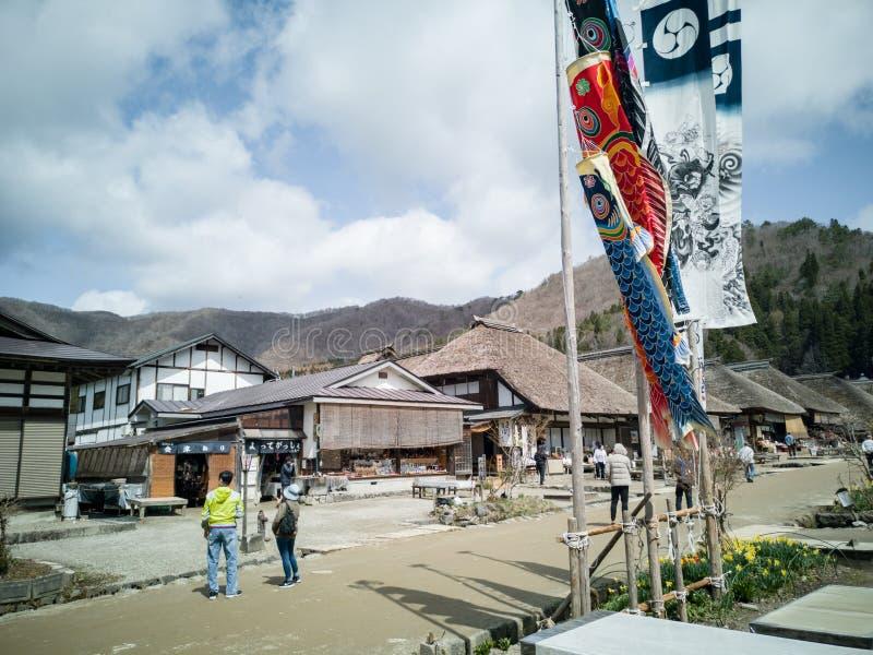 Fukushima, Japón 16 de abril de 2018: turista que camina en el juku de Ouchi foto de archivo libre de regalías