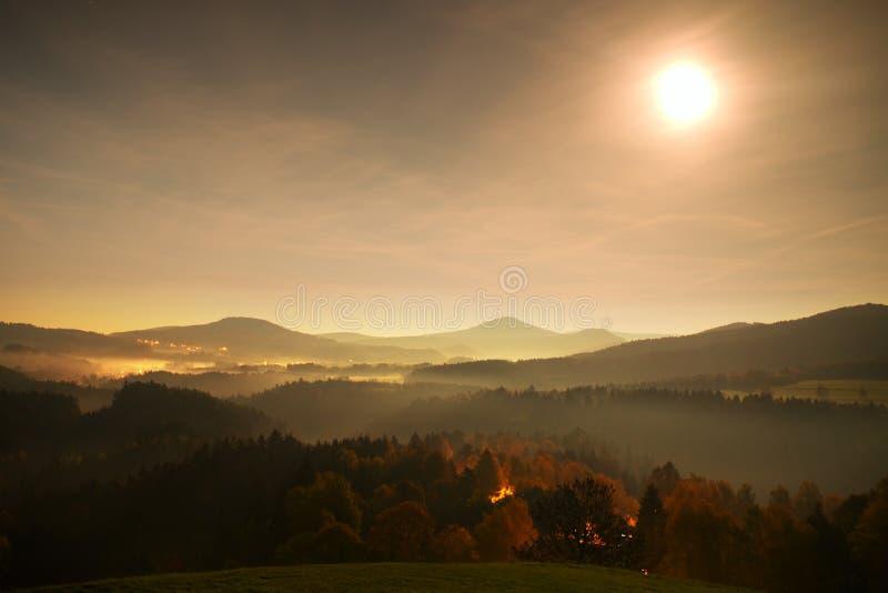 Ful月亮夜 雾移动在小山之间,并且树a峰顶用光芒柔和的反射做 美妙的秋天夜 库存照片