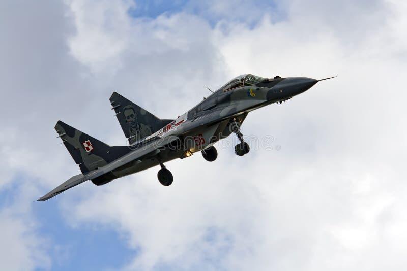Fulcro militare del combattente MIG 29 su cielo blu immagine stock libera da diritti