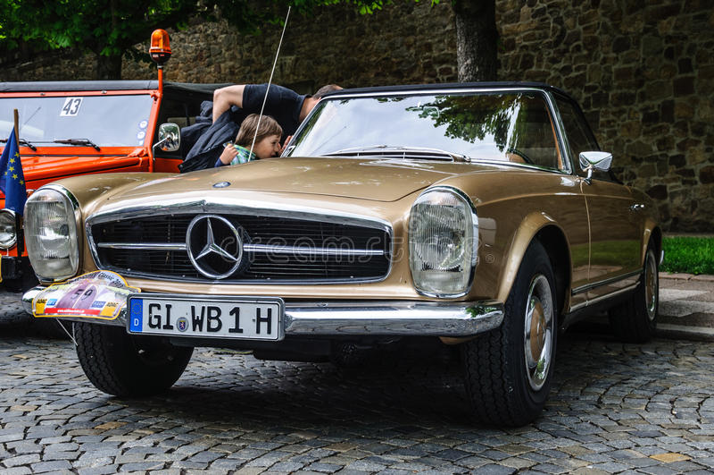 FULDA, ALLEMAGNE - L'AMI 2013 : Roadster rétro c de Mercedes-Benz 280 SL photographie stock libre de droits