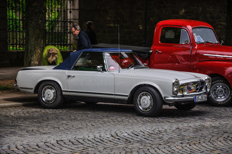 FULDA, ALLEMAGNE - L'AMI 2013 : Roadster rétro c de Mercedes-Benz 280 SL photo libre de droits
